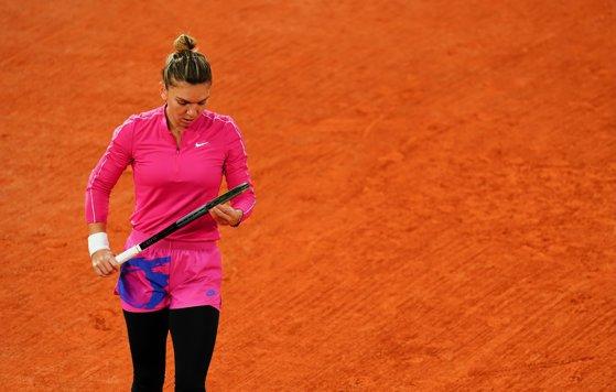 Surpriză majoră la Roland Garros. Simona Halep, eliminată de revelaţia turneului, Iga Swiatek
