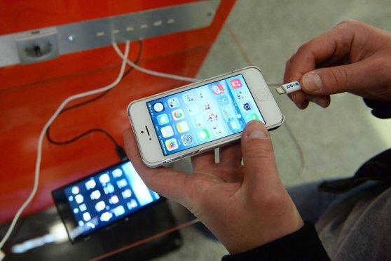 Procuror: Nu mai încărcaţi telefoanele în porturi USB publice sau folosind cablurile altora. Riscurile la care vă expuneţi