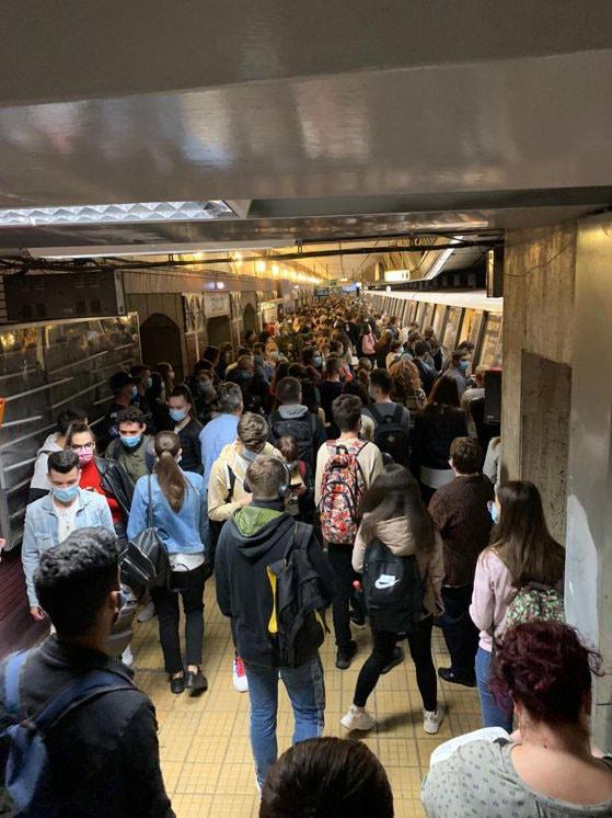 Aglomeratie la metrou. Magistrala Preciziei – Eroilor, plină-ochi dupa ce un tren s-a defectat. Anunţul Metrorex