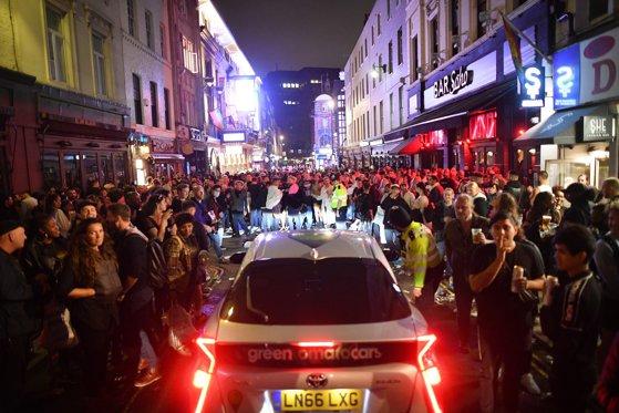 """""""Distanţarea socială a murit!"""". Ce s-a întâmplat în Anglia în ziua în care barurile şi restaurantele au fost redeschise"""
