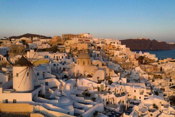 Turista româncă depistată cu COVID-19 în Creta a zburat cu un charter din România pe 1 iulie. MAE a anunţat care este starea ei
