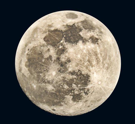 Descoperire istorică a NASA pe Lună: Apa este prezentă pe suprafaţa luminată de soare a satelitului Pământului, nu doar la poli