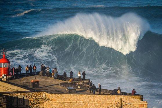 Valuri spectaculoase pe coasta Portugaliei, la Nazare
