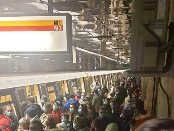 Aglomeraţia de la metrou: Circulatia trenurilor pe Magistralele 1 si 3 se desfăşoară cu dificultate