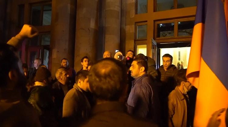 Armenia fierbe, Azerbaidjanul se bucură, Rusia câştigă. Protestele continuă şi azi în Erevan