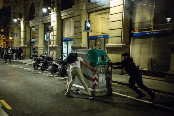 Ciocniri în centrul Barcelonei între protestatari şi poliţie în urma restricţiilor de circulaţie