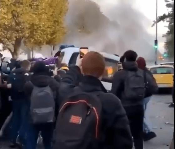 Ciocniri între elevi şi poliţie în Franţa. Elevii contestă decizia autorităţilor de a menţine şcolile deschise în timpul crizei COVID-19