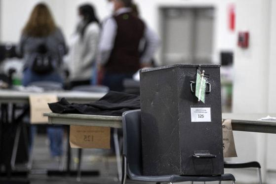 Donald Trump cere oprirea numărării buletinelor de vot trimise prin poştă