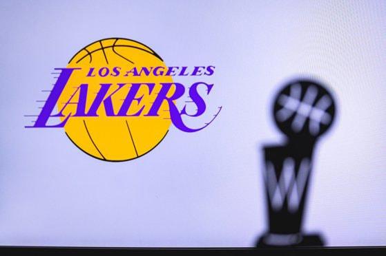 Los Angeles Lakers câştigă finala NBA disputată împotriva lui Miami Heat. Jucătorii au dedicat victoria în memoria lui Kobe Bryant