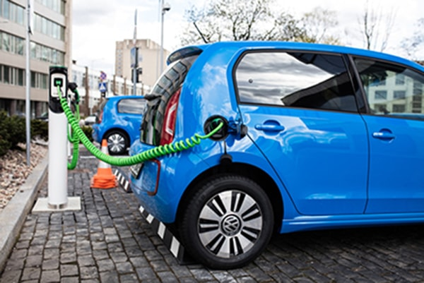 Maşinile electrice sunt pe val: Piaţa este în creştere cu 136% faţă de aceeaşi perioadă din 2019