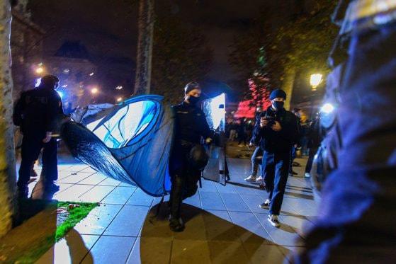 """Poliţia a îndepărtat cu forţa migranţii din piaţa centrală a Parisului, într-o scenă descrisă de Ministrul de Interne drept """"şocantă"""""""