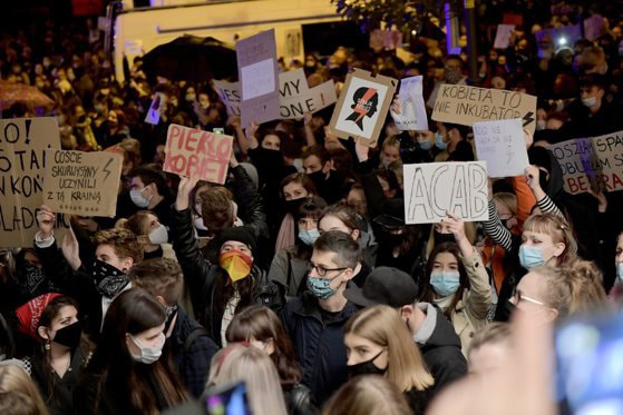 Rezoluţie: Parlamentul European îşi exprimă solidaritatea cu protestele din Polonia împotriva hotărârii care interzice aproape total avortul