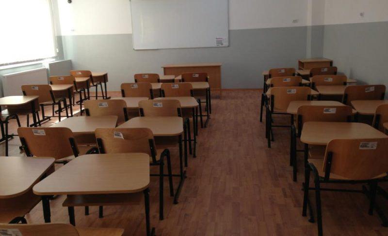 Şcoală online pentru toţi, dar cu şanse paralele. Unul din doi elevi din România face lecţii doar pe telefon