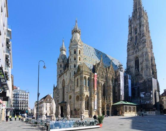Vienezii îşi iau rămas bun de la victimele atentatului. Slujba de înmormântare  are loc marţi, în Domul Sfântul Ştefan din capitala Austriei