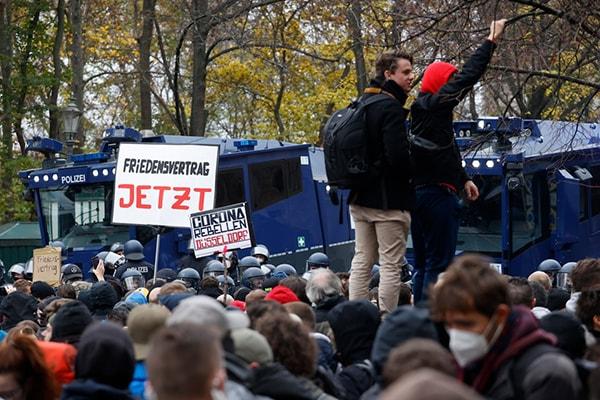 Violenţe în centrul Berlinului, în cursul unui protest faţă de restricţiile antiepidemice. Aproximativ 200 de oameni au fost reţinuţi