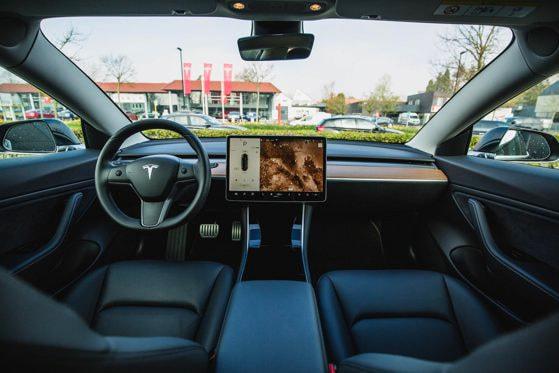 Acţiuni la Tesla, la doar 17 ani. Cum a reuşit un elev din România să tripleze suma investită iniţial