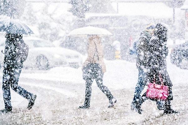 Atenţionare ANM: Stratul de zăpadă creşte la 15 centimetri până miercuri dimineaţa, în Bucureşti