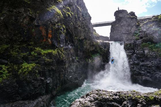 """Cu caiacul prin """"Gaura Cheii"""", cascada de 35 metri înălţime"""