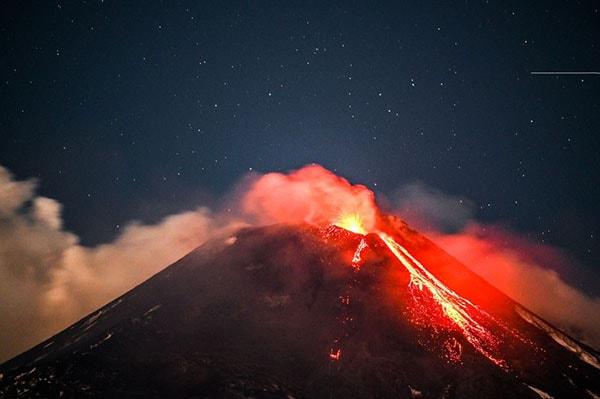 """S-a lăsat cu """"scântei"""" pe Muntele Etna. Imagini spectaculoase din timpul erupţiei vulcanice"""