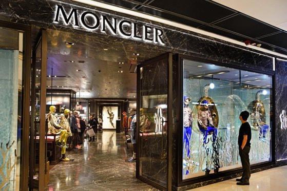 Un magazin al brand-ului Moncler a fost jefuit la Paris în plină zi