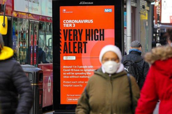 """Noua tulpină a virusului SARS-CoV-2 """"s-ar putea răspândi mai rapid"""". Specialiştii din Marea Britanie cer măsuri urgente"""