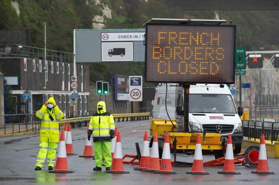 Români blocaţi la graniţa dintre Marea Britanie şi Franţa din cauza restricţiilor impuse după identificarea noii tulpini Covid-19