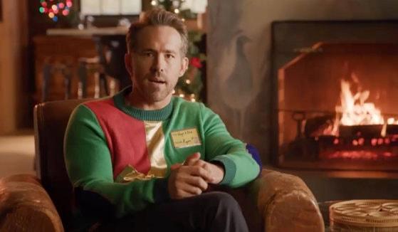 Ryan Reynolds scoate de la naftalină puloverul de crăciun şi continuă campania pentru copiii bolnavi