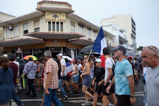 Zeci de mii de oameni au protestat împotriva restricţiilor de circulaţie impuse din cauza pandemiei în teritoriul francez Noua Caledonie