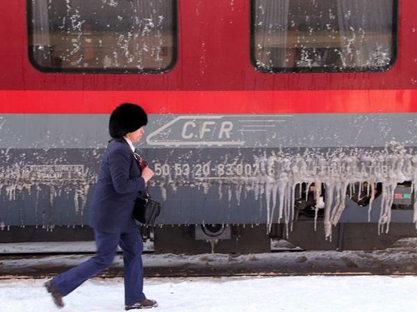 CFR: Circulaţie feroviară suspendată din cauza ninsorilor şi vântului. Rutele anulate