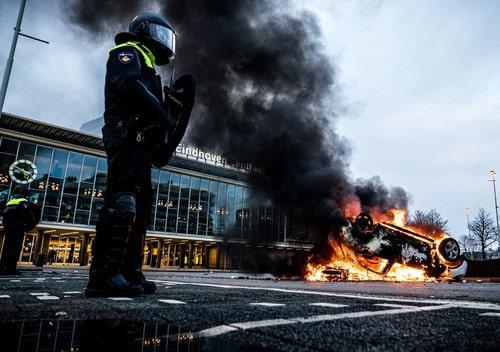 Ciocniri între poliţie şi protestatarii anti-carantină în Olanda. Forţele de ordine au folosit tunuri de apă şi gaze lacrimogene pentru a dispersa manifestanţii