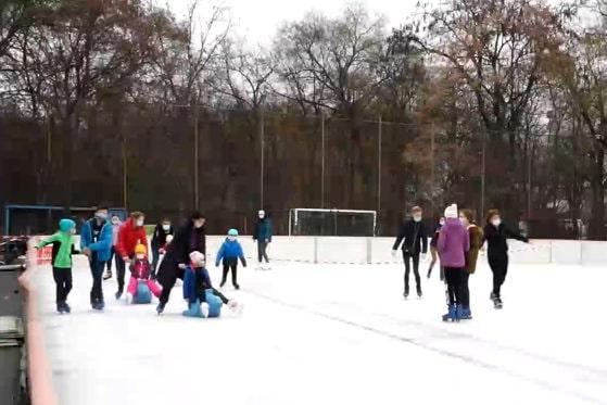 Distanţare pe patine, după sărbători. Atmosfera e relaxată la patinoar, cu sau fără Covid-19