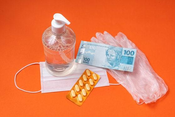 Jumătate dintre români nu cred că banii pot răspândi noul coronavirus