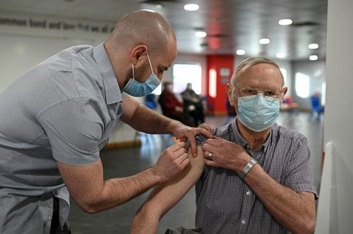 Numărul de persoane pe care România ar trebui să le vaccineze pe zi pentru a îndeplini obiectivul propus de Comisia Europeană. IATA situaţia vaccinării la nivel european