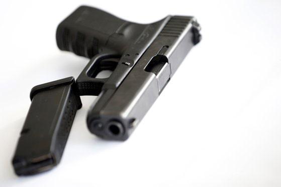 Pistol confiscat de poliţiştii din Vaslui din locuinţa unui bărbat. Acesta este cercetat pentru nerespectarea regimului armelor şi muniţiilor