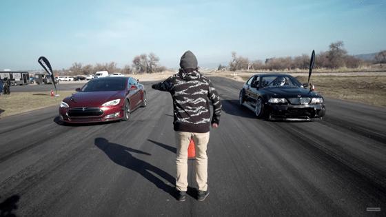Cursă inedită între BMW E46 şi Tesla model S