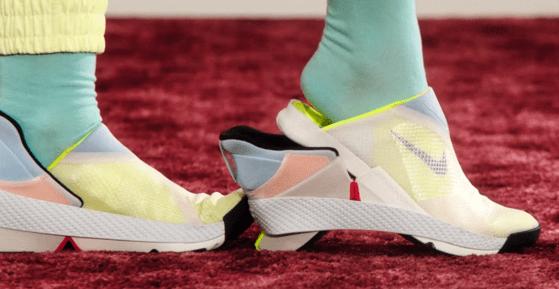 Nike a creat adidaşii care se încalţă fără a fi nevoie de mâini. Iată cum arată