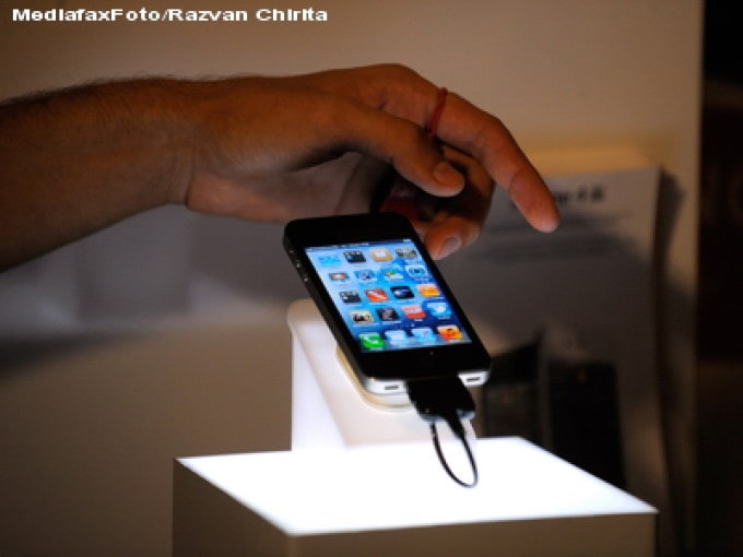 Posesorii de Iphone îşi pot debloca telefonul cu masca pe faţă, fără codul de securitate. Ce soluţie a găsit Apple