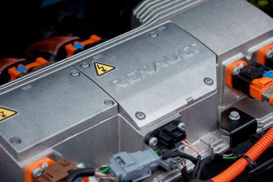 Bateriile descărcate ale maşinilor electrice ar putea fi schimbate cu unele încărcate pentru a reduce timpii de aşteptare. Renault testează tehnologia pentru maşinile sale