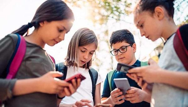 """Gadgeturile folosite în exces pot schimba comportamentul copiilor. """"Aceşti copii nu mai ştiu să relaţioneze în mod firesc"""""""
