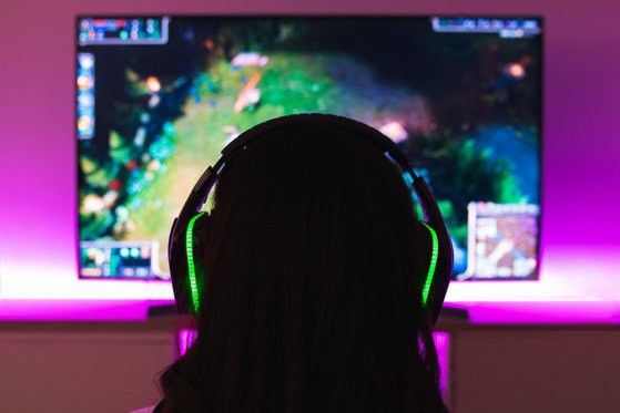 Gaming la feminin. Deşi 48% din gamerii români sunt femei, industria de jocuri video este încă reticentă la angajări