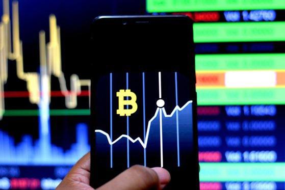 """Piaţa criptomonedelor merge după cum """"cântă"""" Elon Musk. Bitcoin scade dar Dogecoin creşte cu 20% datorită postărilor pe Twitter"""