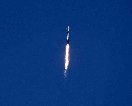 Space X trimite noi sateliţi în spaţiu