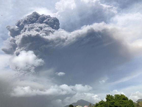 ANM: Norul de cenuşă vulcanică produs de erupţia vulcanului Cumbre Vieja traversează de azi România