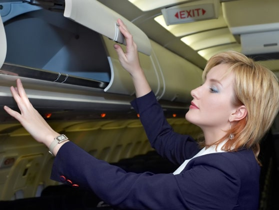 O însoţitoare de bord explică de ce pasagerii trebuie să ţină telefonul pe mod avion