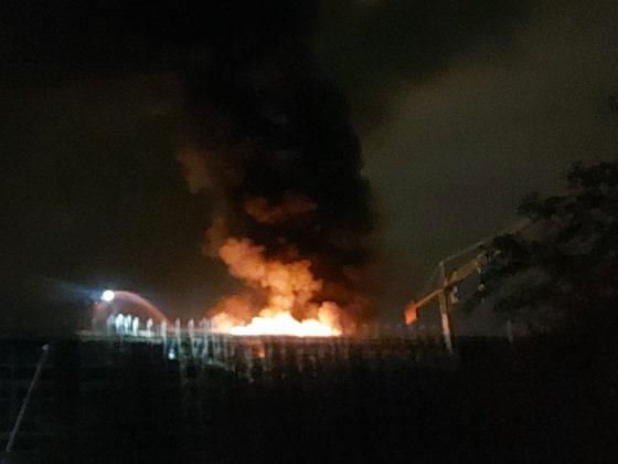 NEWS ALERT. Incendiu puternic în Bucureşti, la un bloc cu 12 etaje aflat în construcţie